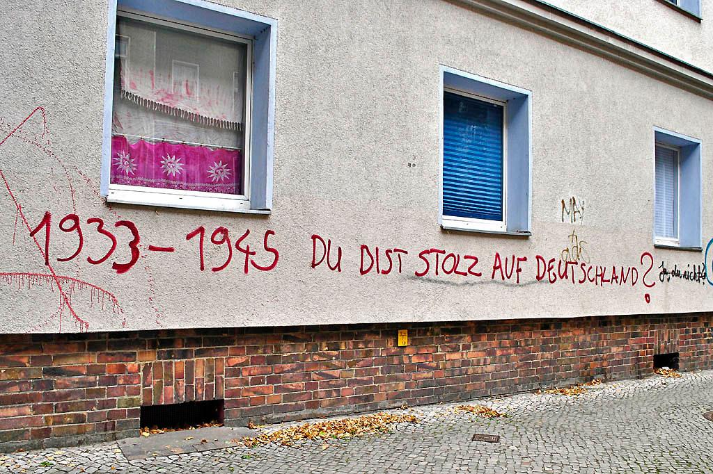 """Schriftzug """"1933-1945 DU BIST STOLZ AUF DEUTSCHLAND?"""" (Foto Christian Winterstein 2013)"""