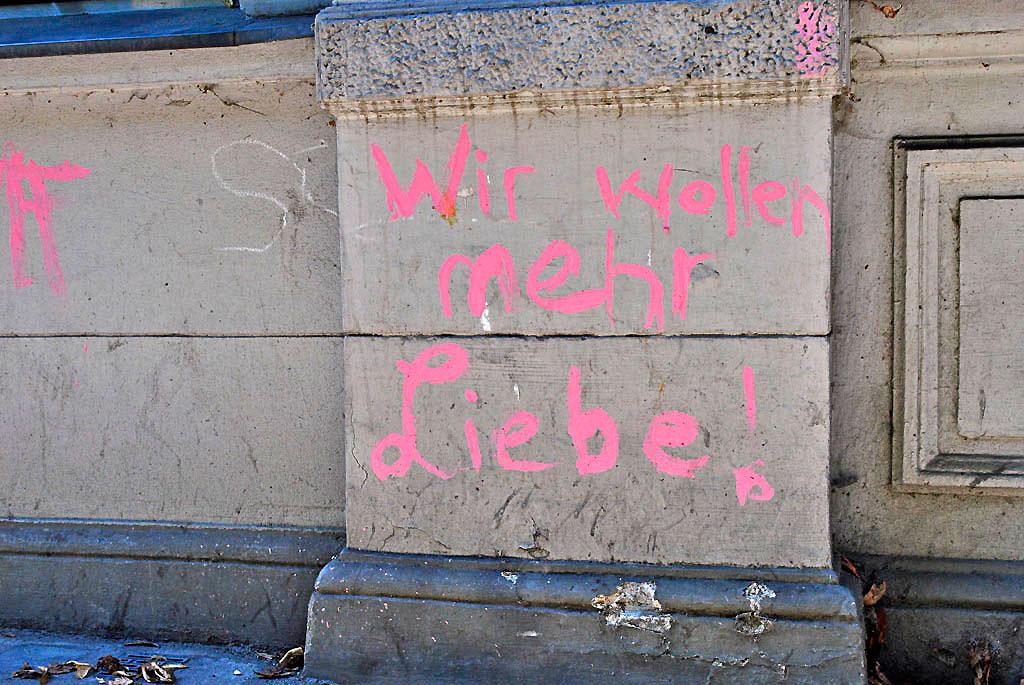 """Parole """"Wir wollen mehr Liebe!"""" (Foto Christian Winterstein 2013)"""