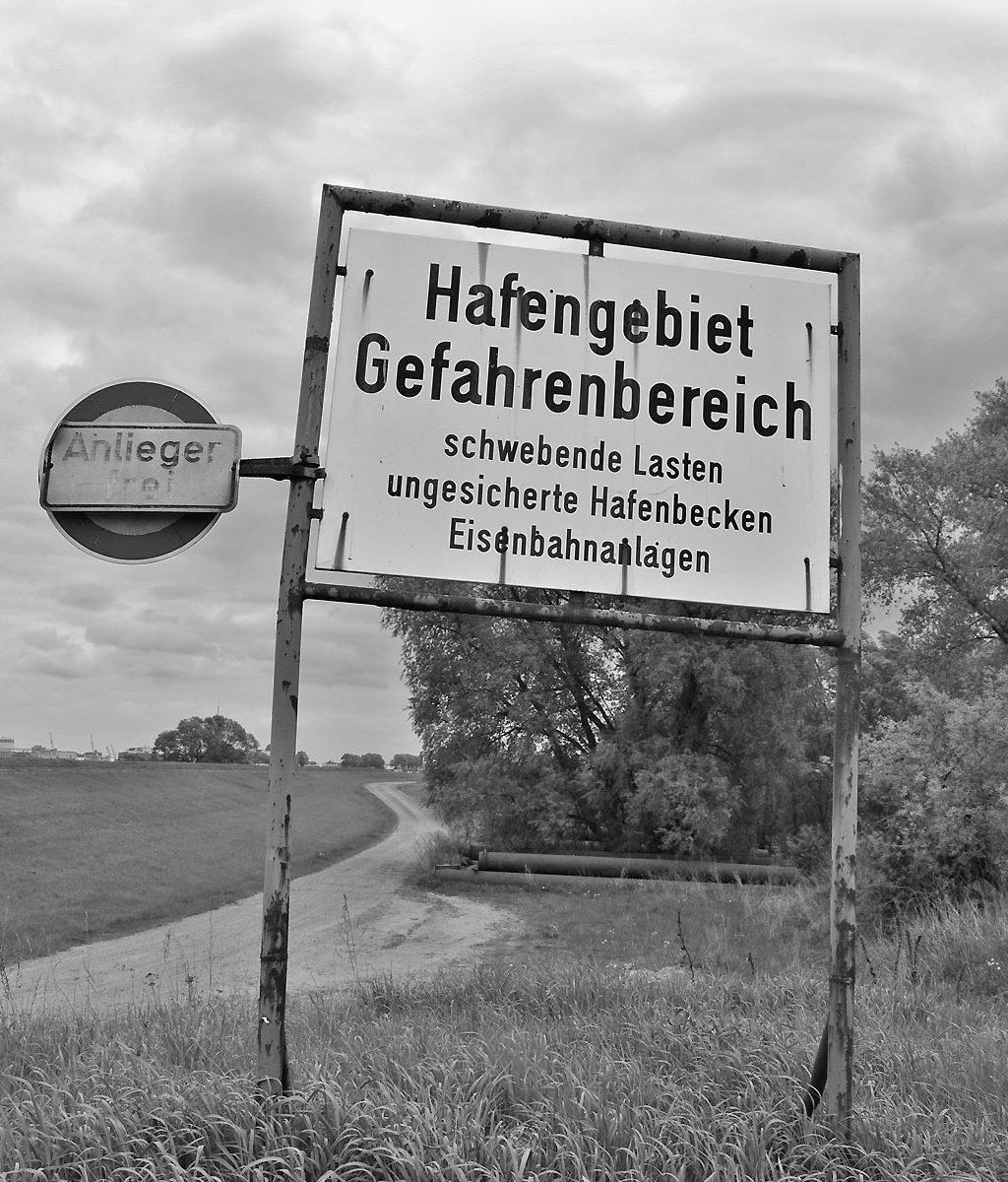 """Hinweisschild """"Hafengebiet Gefahrenbereich"""" (Foto Christian Winterstein 2013)"""